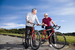 Mature men riding bicyclesの写真素材 [FYI01991378]