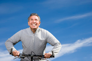 Mature man riding bicycleの写真素材 [FYI01991387]