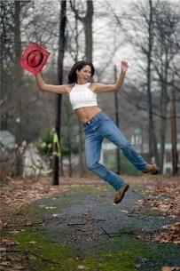 Woman dancing on rural roadの写真素材 [FYI01991395]