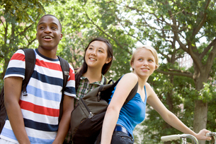 Three teenagers smiling outdoorsの写真素材 [FYI01991408]