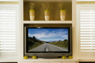 Wide-screen television in living roomの写真素材 [FYI01991438]