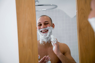 Young man putting shaving creamの写真素材 [FYI01991448]