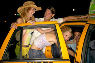 Couples getting into taxiの写真素材 [FYI01991459]