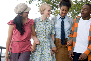 Group of teenagers walking outdoorsの写真素材 [FYI01991475]
