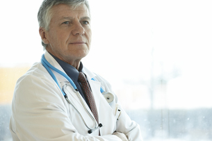 Male doctor in front of hospital windowの写真素材 [FYI01991495]