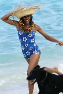 Woman wearing straw hat walking dogの写真素材 [FYI01991509]
