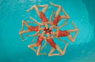 Synchronized swim team practicingの写真素材 [FYI01991548]