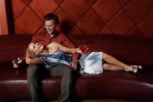 Couple having drinks in barの写真素材 [FYI01991588]