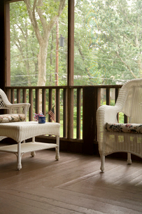 Wicker furniture in covered porchの写真素材 [FYI01991591]