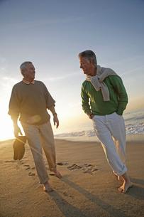 Mature men walking barefoot on the beachの写真素材 [FYI01991600]