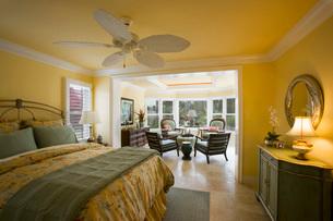 Large Yellow Master Bedroom with Sunroomの写真素材 [FYI01991622]