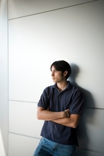 Young adult man leaning on wallの写真素材 [FYI01991644]