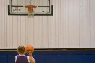 Teenage girl playing basketballの写真素材 [FYI01991648]
