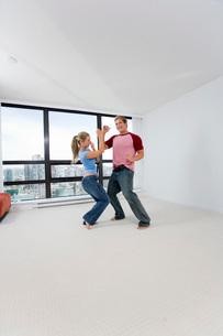 Couple dancing in new homeの写真素材 [FYI01991652]