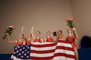 Swim team holding American flagの写真素材 [FYI01991666]