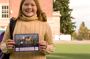 Girl holding class pictureの写真素材 [FYI01991676]