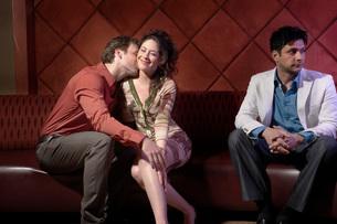 Couple kissing in barの写真素材 [FYI01991677]