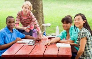 Teenagers talking outdoorsの写真素材 [FYI01991696]