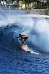 Surfer riding a waveの写真素材 [FYI01991699]