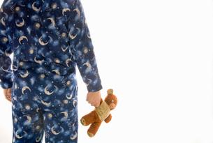 Man in pajamas holding teddy bearの写真素材 [FYI01991703]