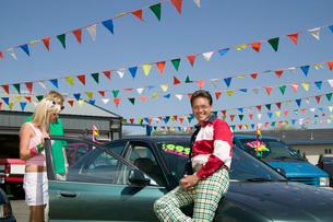 Salesman selling car to coupleの写真素材 [FYI01991723]