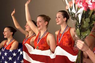 Swim team holding American flagの写真素材 [FYI01991733]
