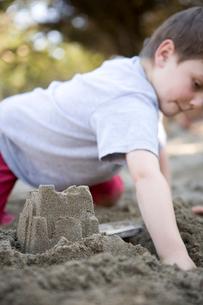 Boy making sandcastleの写真素材 [FYI01991822]