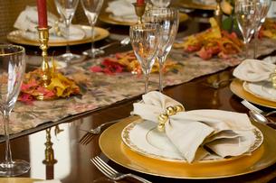 Elaborately set dinner tableの写真素材 [FYI01991874]