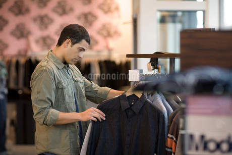 Man shopping in clothing storeの写真素材 [FYI01991896]