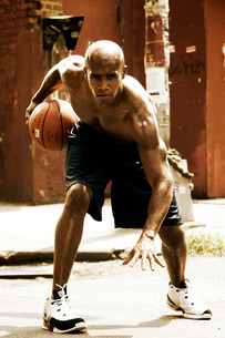 Young African man playing basketballの写真素材 [FYI01991965]