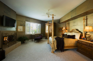 Large Master Bedroom with Four Post Bedの写真素材 [FYI01991969]