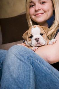 Teenage girl holding puppyの写真素材 [FYI01992002]