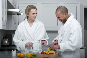 Couple eating fruit for breakfastの写真素材 [FYI01992004]