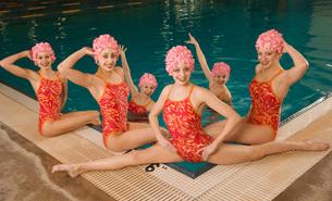 Synchronized swim team by swimming poolの写真素材 [FYI01992092]