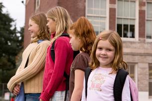 Girls standing in a row in schoolyardの写真素材 [FYI01992108]