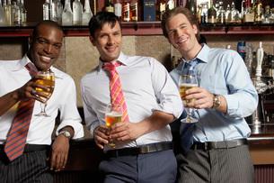 Businessmen having drinks in barの写真素材 [FYI01992125]