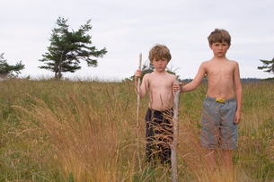 Two young boys standing in fieldの写真素材 [FYI01992146]