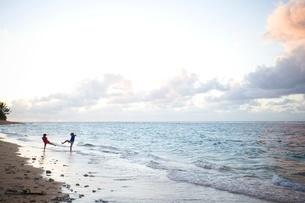 Two children playing at beach in Kauaiの写真素材 [FYI01992149]