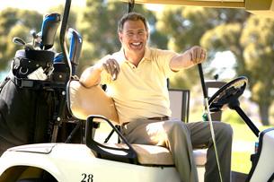Man driving golf cartの写真素材 [FYI01992159]