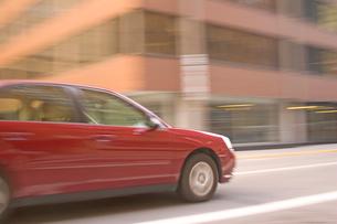 Blurred car drivingの写真素材 [FYI01992187]