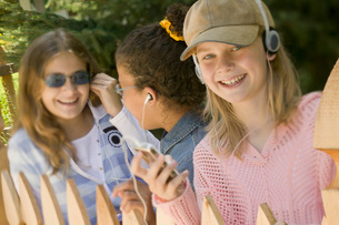 Young girls listening to mp3 playersの写真素材 [FYI01992219]