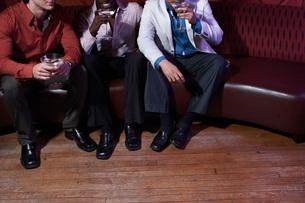 Men having drinks in barの写真素材 [FYI01992228]