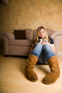 Teenage girl playing with bulldogの写真素材 [FYI01992230]