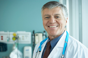 Smiling male doctor in hospitalの写真素材 [FYI01992242]