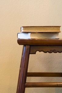 Books on stoolの写真素材 [FYI01992244]