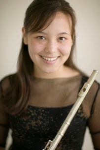 Young female flautist holding fluteの写真素材 [FYI01992250]