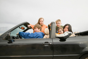 Teenagers riding in convertibleの写真素材 [FYI01992264]