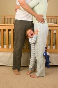 Child crying while parents hugの写真素材 [FYI01992276]