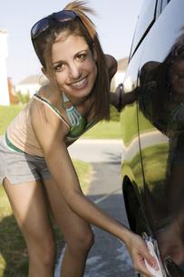 Portrait of teenage girl washing carの写真素材 [FYI01992287]