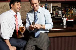 Businessmen having drinks in barの写真素材 [FYI01992294]
